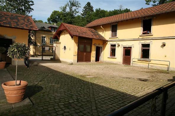 Innenhof Allee Reitstall